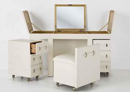 Koleksi Desain Meja Rias Minimalis yang Elegan dan Menarik Koleksi Desain Meja Rias Minimalis yang Elegan dan Menarik - Dalam pembangunan ruangan kamar tidur, terutama untuk wanita, kehadiran meja rias menjadi elemen yang sangat penting. Penggunaan meja rias selain digunakan untuk menyimpan alat kecantikan dan lain sebagainya pun. Akan pula penting digunakan untuk bercermin didalam kamar dengan lebih mudah. Nah, agar penggunaan meja rias senantiasa mempercantik penampilan hunian anda. Maka tak perlu khawatir dibawah ini mari simak koleksi desain meja rias minimalis yang elegan dan menarik.  Menjadi seorang wanita terkadang memang sedikit lebih merepotkan dibandingkan dengan pria. Apalagi dalam hal berias dan mengatur peralatan yang ada didalam rumah. Semua orang tentu mendambakan bisa memiliki ruangan didalam rumah yang nyaman dan tenang. Dengan segala peralatan yang dimiliki, tentu saja anda dan kita semua berharap bahwa rumah akan nampak lebih indah.  Terutama untuk ruangan kamar tidur dimana bagian ini adalah sudut paling penting yang personal didalam rumah. Sehingga demikian, tak jarang bila pengaturan desain interior didalam kamar selalu menjadi hal penting yang tidak pernah dilewatkan begitu saja.  Mengatur desain ruangan kamar tak cukup hanya terlihat menarik saja. Mengingat ruangan ini adalah bagian dimana anda akan dapat merasa nyaman. Maka penting sekali memperhatikan banyak hal agar anda bisa betah berada didalam kamar. Untuk itulah, dekorasi dan desain interior didalam kamar tidak dapat dilakukan dengan sembarang. Terutama ruang kamar untuk wanita seringkali dijumpai menggunakan meja rias didalamnya. Penempatan bagian meja rias pada umumnya beragam. Ada yang menempatkannya disamping kasur dan adapula yang menempatkan properti ini di spot yang lebih nyaman. Tentunya selain memperhatikan penempatan meja rias yang anda tempatkan didalam ruangan kamar tidur. Penting pula untuk kita semua memperhatikan desain atau model meja rias yang dipilih.  Apalagi saat i