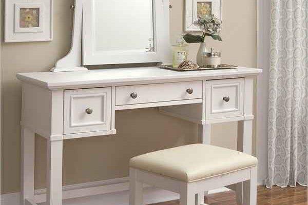Koleksi Desain Meja Rias Minimalis yang Elegan dan Menarik Koleksi Desain Meja Rias Minimalis yang Elegan dan Menarik - Dalam pembangunan ruangan kamar tidur, terutama untuk wanita, kehadiran meja rias menjadi elemen yang sangat penting. Penggunaan meja rias selain digunakan untuk menyimpan alat kecantikan dan lain sebagainya pun. Akan pula penting digunakan untuk bercermin didalam kamar dengan lebih mudah. Nah, agar penggunaan meja rias senantiasa mempercantik penampilan hunian anda. Maka tak perlu khawatir dibawah ini mari simak koleksi desain meja rias minimalis yang elegan dan menarik. Menjadi seorang wanita terkadang memang sedikit lebih merepotkan dibandingkan dengan pria. Apalagi dalam hal berias dan mengatur peralatan yang ada didalam rumah. Semua orang tentu mendambakan bisa memiliki ruangan didalam rumah yang nyaman dan tenang. Dengan segala peralatan yang dimiliki, tentu saja anda dan kita semua berharap bahwa rumah akan nampak lebih indah. Terutama untuk ruangan kamar tidur dimana bagian ini adalah sudut paling penting yang personal didalam rumah. Sehingga demikian, tak jarang bila pengaturan desain interior didalam kamar selalu menjadi hal penting yang tidak pernah dilewatkan begitu saja. Mengatur desain ruangan kamar tak cukup hanya terlihat menarik saja. Mengingat ruangan ini adalah bagian dimana anda akan dapat merasa nyaman. Maka penting sekali memperhatikan banyak hal agar anda bisa betah berada didalam kamar. Untuk itulah, dekorasi dan desain interior didalam kamar tidak dapat dilakukan dengan sembarang. Terutama ruang kamar untuk wanita seringkali dijumpai menggunakan meja rias didalamnya. Penempatan bagian meja rias pada umumnya beragam. Ada yang menempatkannya disamping kasur dan adapula yang menempatkan properti ini di spot yang lebih nyaman. Tentunya selain memperhatikan penempatan meja rias yang anda tempatkan didalam ruangan kamar tidur. Penting pula untuk kita semua memperhatikan desain atau model meja rias yang dipilih. Apalagi saat ini a
